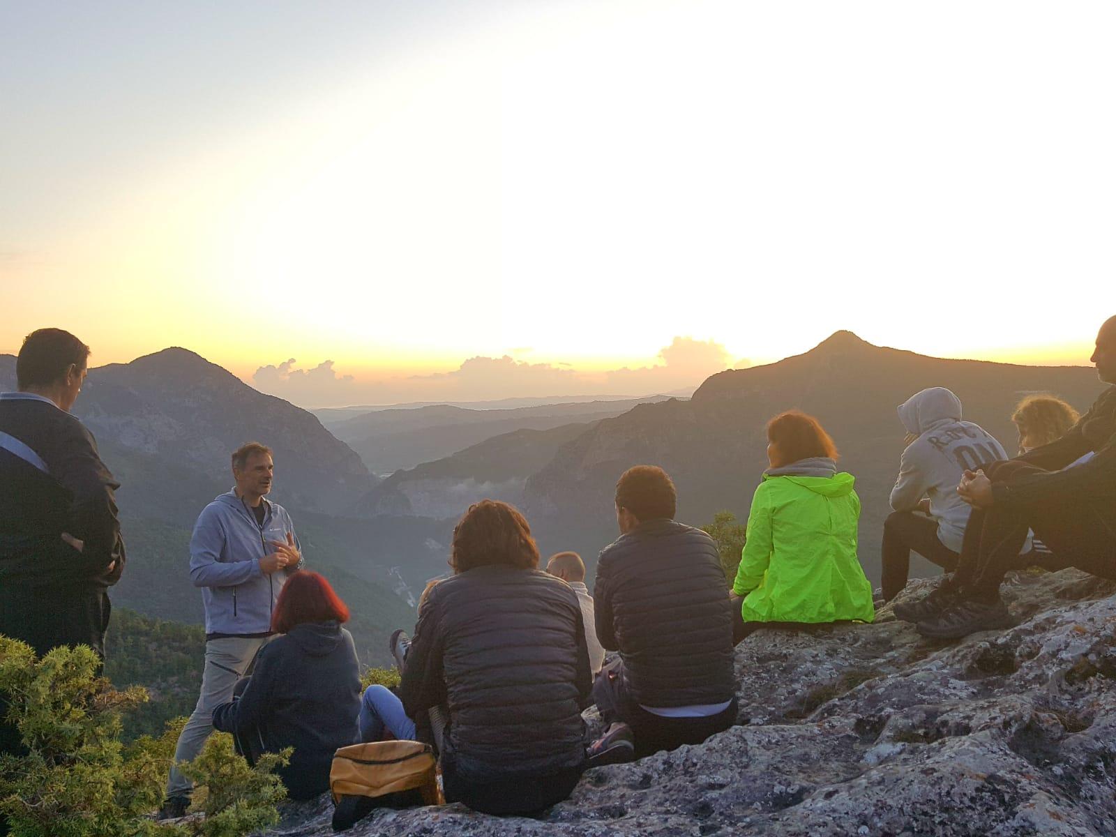 Escursione in montagna al sorgere del sole